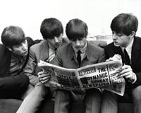 Los Beatles, hojeando la prensa (1963)