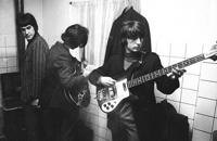 Pete Quaife con Ray y Dave Davies, en 1966