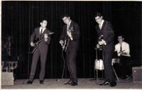 Los Rangers, en la 'Revista Hablada Ademar', en Madrid, 1960. De izquierda a derecha: Vicente Pastrana al bajo, los dos hermanos Soler y Eduardo Bartrina, a la batería