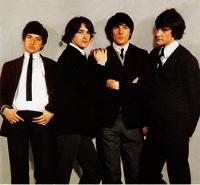Pete Quaife (a la izquierda) y el resto de Los Kinks, en 1964