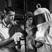 El capitán Towers (Gregory Peck) instruye a un miembro de su tripulación, antes de que éste salga a explorar la costa de San Diego en 'La hora final' (1959).