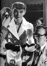 Audrey Hepburn y Alec Guinness preparan una escena en 'The Lavender Hill Mob'.