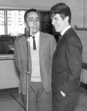 Nieto (a la izquierda) y Raphael, en los estudios de Radio España, a mediados de los 60. (C) M.A. Nieto