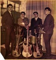 Los Rangers, con dos guitarras y un bajo Super Custom, en acabado dorado, y una batería Hollywood de color verde